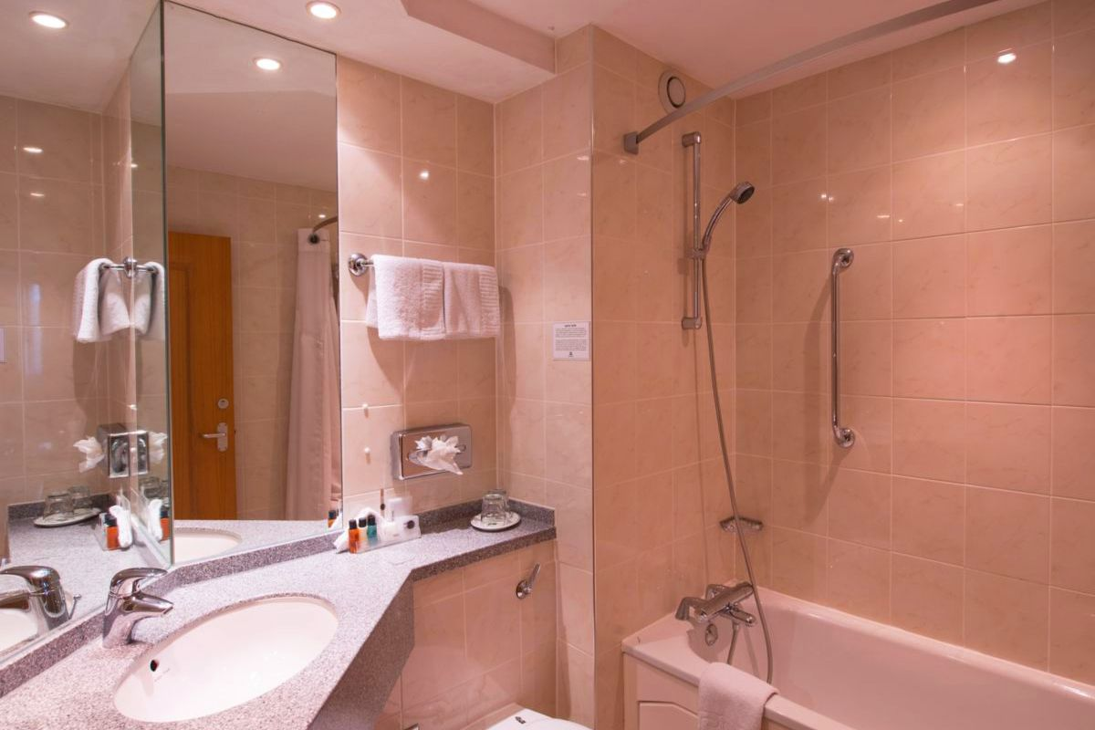 Holiday Inn Leamington Spa accessible bathroom